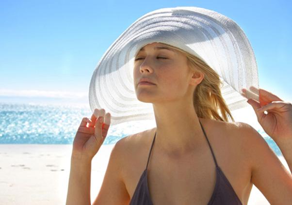 Tiếp xúc thường xuyên với ánh nắng mặt trời là một trong những nguyên nhân hàng đầu gây ra hiện tượng nám da
