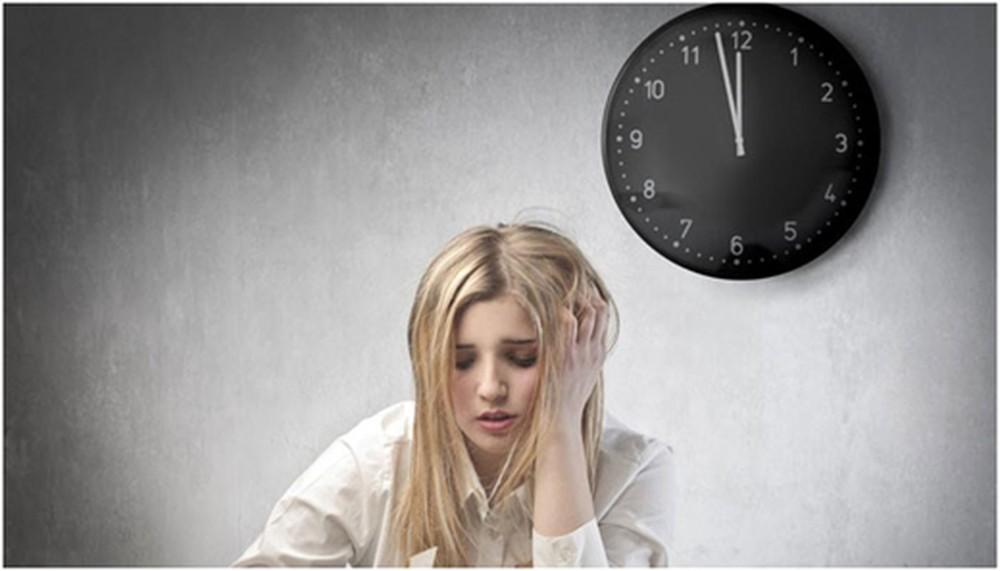 Người thường xuyên thức khuya rất dễ phát sinh mụn mủ