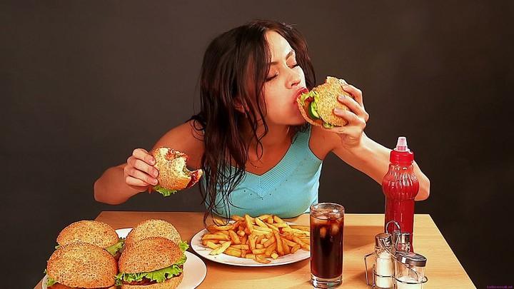 Chế độ ăn uống không lành mạnh là một trong những nguyên nhân chính gây ra mụn mủ