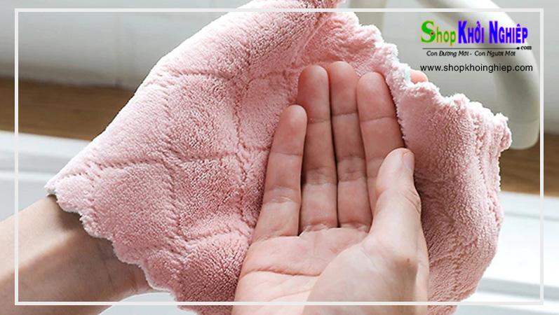 Dùng một chiếc khăn sạch để thấm khô phần nước còn đọng lại trên tay sau khi rửa