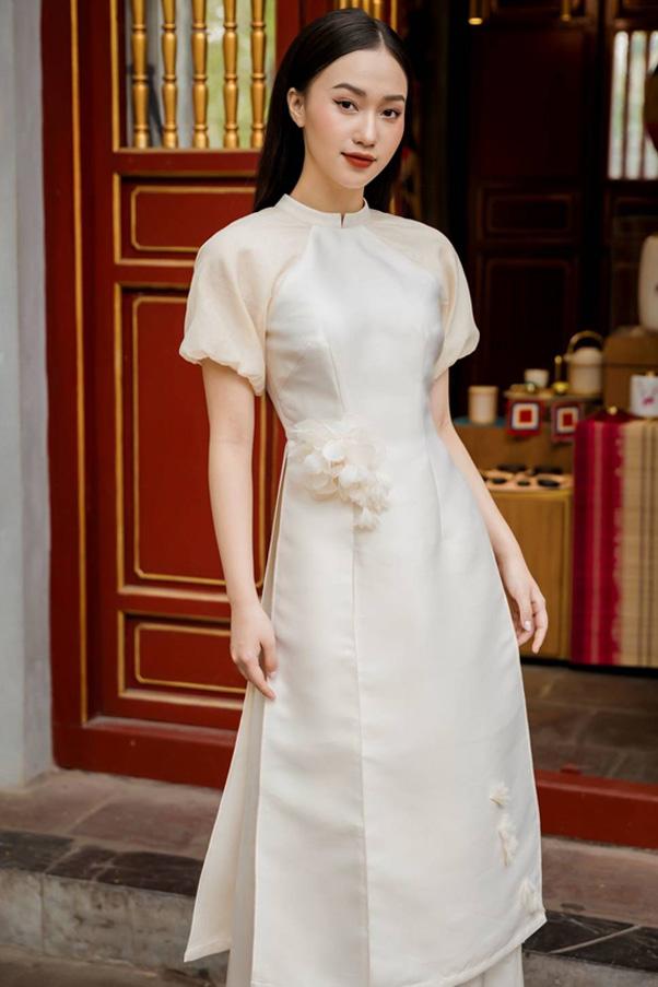 Áo dài cách tân nữ từ vải lụa mềm mại, thanh lịch và nữ tính