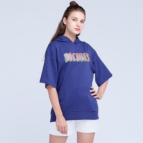 Áo Hoodie nữ tay lỡ phối cùng quần short phù hợp với những cô nàng yêu thích sự trẻ trung, năng động