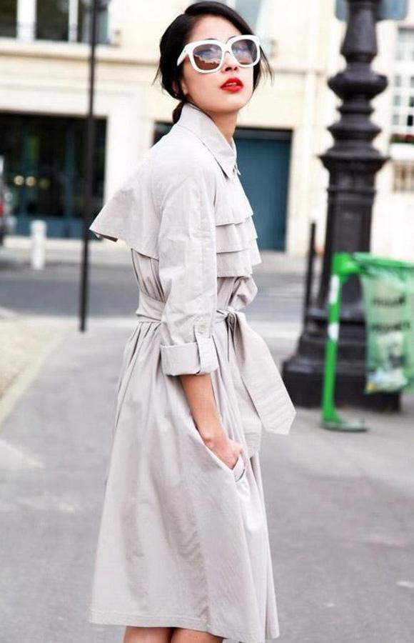Phụ nữ có dáng người tam giác nên chọn những mẫu áo khoác dài, buộc eo và cổ có các lớp xếp cách điệu