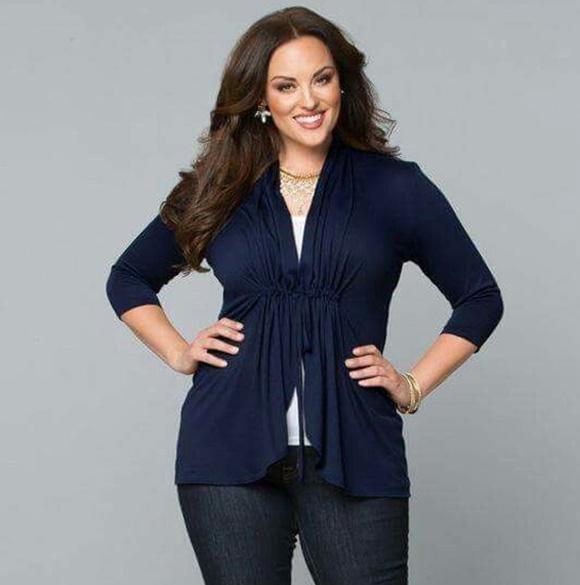 Người thấp béo nên chọn áo khoác có kiểu dáng đơn giản, gam màu tối
