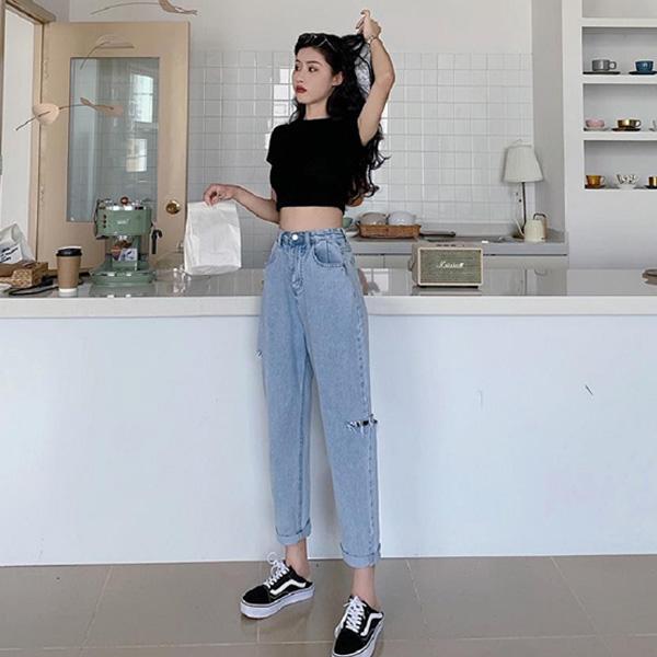 Áo thun croptop phối với quần jean ống rộng bắt kịp xu hướng thời trang năm 2020