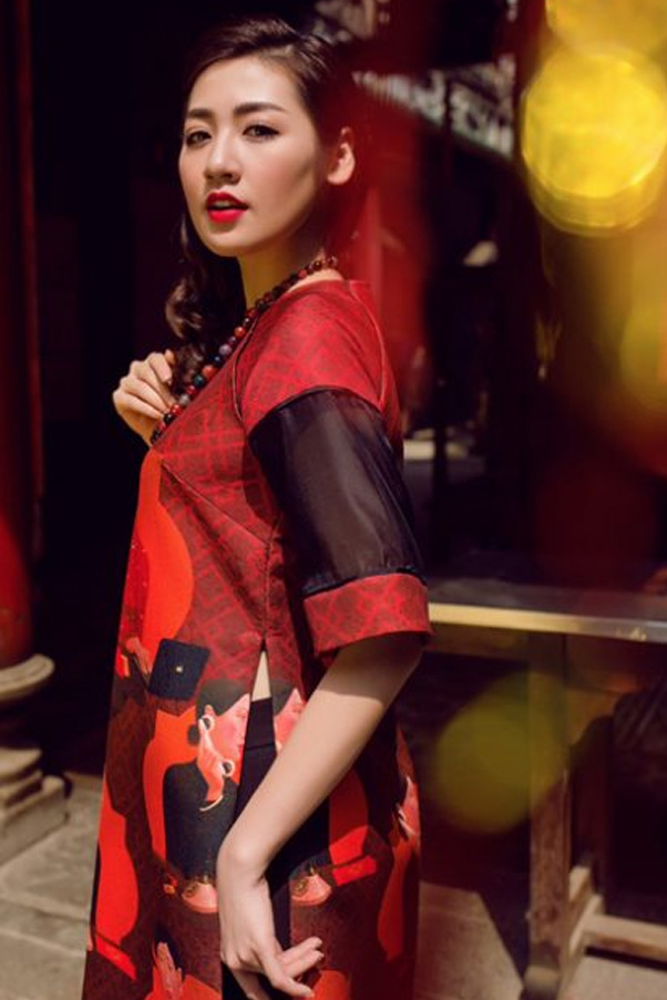 Chất liệu gấm đỏ cùng hoạ tiết đen vừa mang nét đẹp truyền thống, vừa mang hơi thở hiện đại