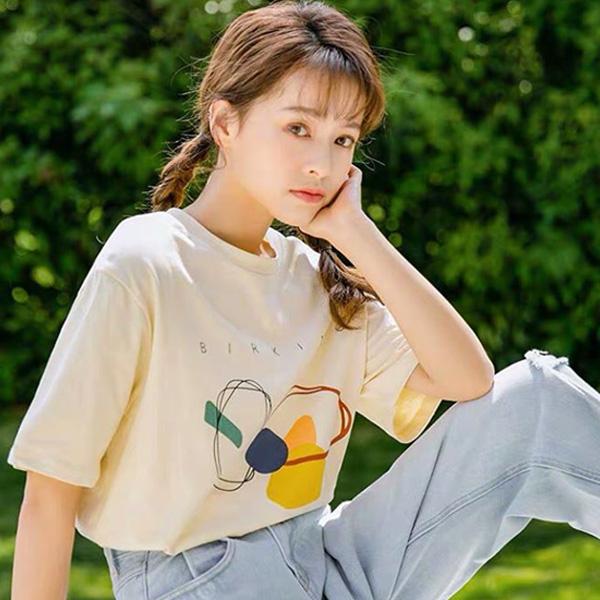 Combo áo thun + quần jean luôn giúp các nàng trẻ ra được cả chục tuổi