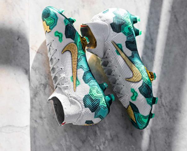 Giày đá bóng tại Thế giới bóng đá