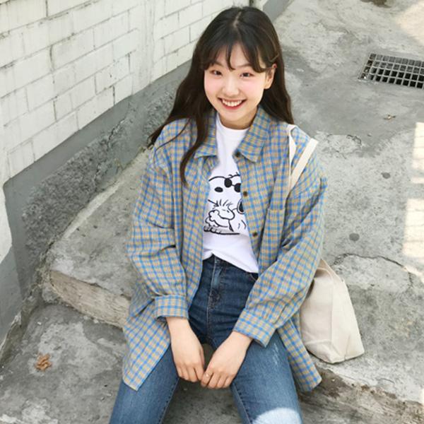 Khoác thêm chiếc áo sơ mi bên ngoài áo thun tạo nên set đồ đậm chất Hàn Quốc