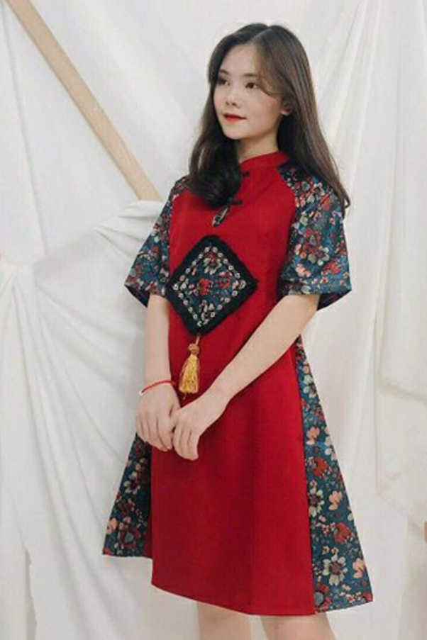 Mẫu áo dài gấm đỏ phối tay xanh huyền bí, sang trọng