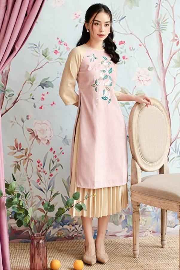 Váy xếp ly vừa truyền thống vừa mới mẻ, mang đến cho set trang phục độ ấn tượng tuyệt đối