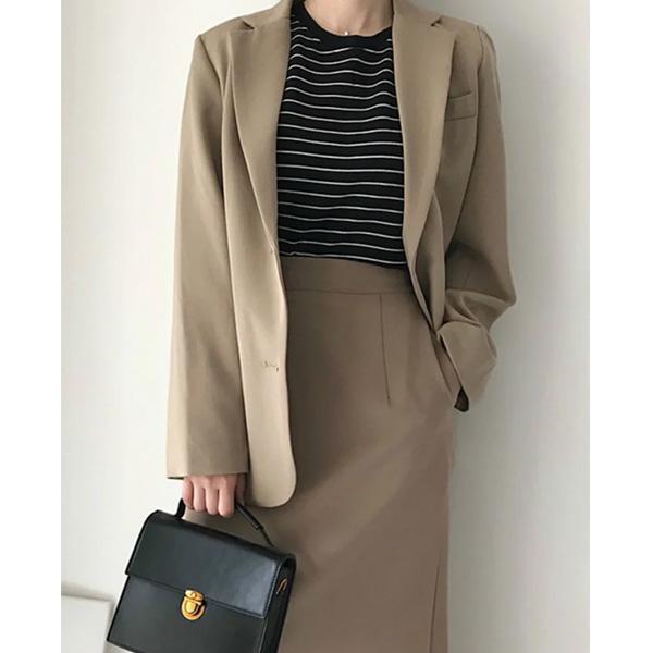 Áo vest phối cùng chân váy ôm chuẩn phong cách lịch sự, trang trọng, thanh lịch nơi công sở
