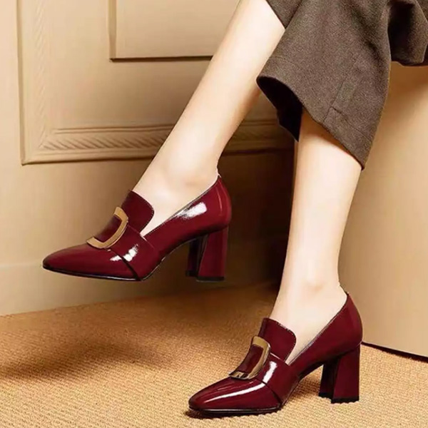 Cần sắm một đôi giày có kiểu dáng đơn giản, thanh lịch, có thể phối với tất cả các bộ trang phục