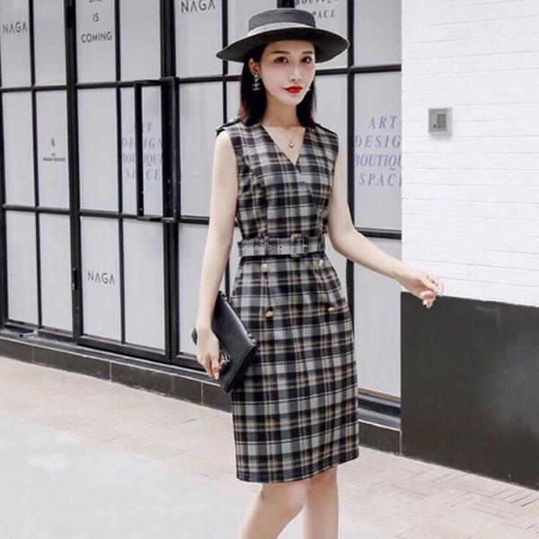 Hoạ tiết caro đơn giản nhưng sang trọng, giúp trang phục nổi bật, thu hút ánh nhìn nhưng không quá lòe loẹt, rườm rà