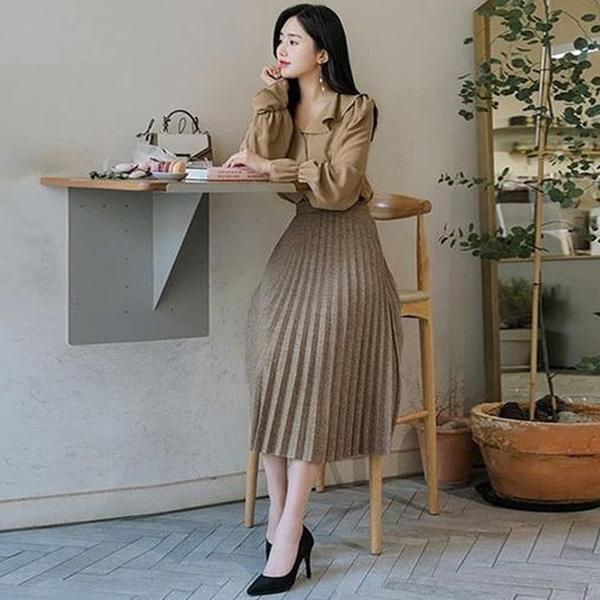 Ở nơi công sở, phái đẹp có thể phối áo sơ mi cùng chân váy xòe hoặc chân váy ôm đều phù hợp