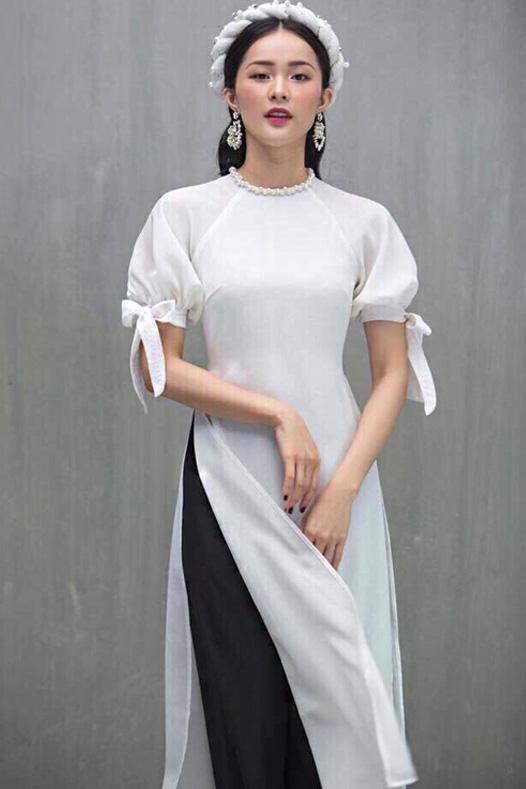 Áo dài cách tân đi chùa màu trắng phối quần đen được rất nhiều cô gái trẻ lựa chọn, các mẫu này dễ mặc, thanh lịch, sang trọng và khá truyền thống