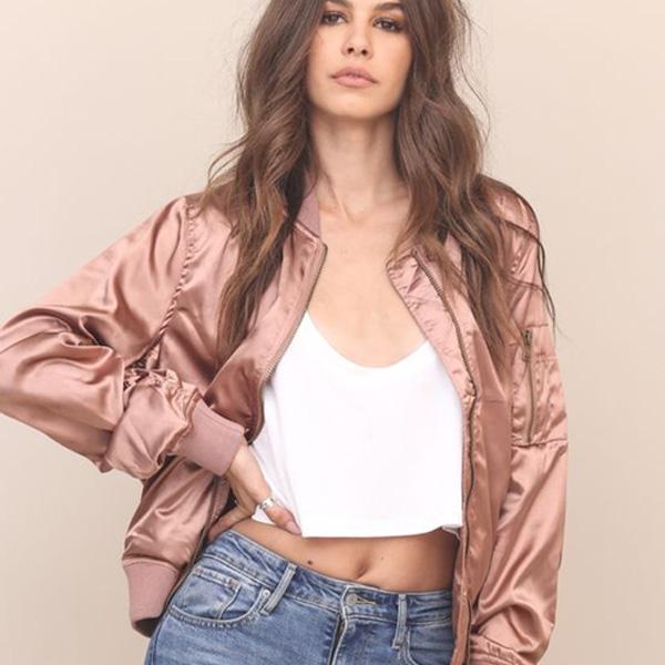 Áo thun croptop kết hợp với quần jean body, phong cách hoàn hảo cho các nàng cá tính mãnh liệt. Chiếc áo khoác bomber càng làm tăng thêm sự sang chảnh trên từng đường nét.