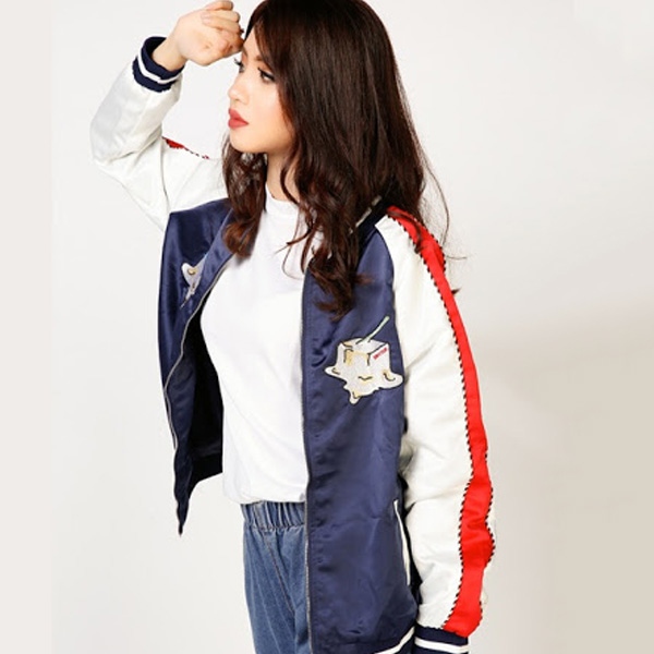 Phong cách thể thao với chất liệu áo khoác nữ vải dù được các bạn nữ lựa chọn. Nổi bật ở các thiết kế này là chất liệu dù, chống nắng và chống các cơn mưa nhỏ hiệu quả.