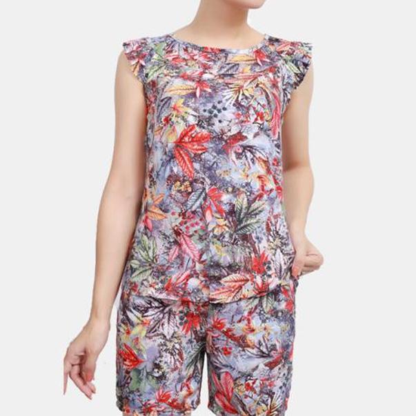 Đồ mặc nhà quần short có rất nhiều mẫu mã, chất liệu vải cũng đa dạng, trên đây là một bộ lanh ngắn mặc nhà họa tiết lá nhiều màu được rất nhiều bạn nữ yêu thích