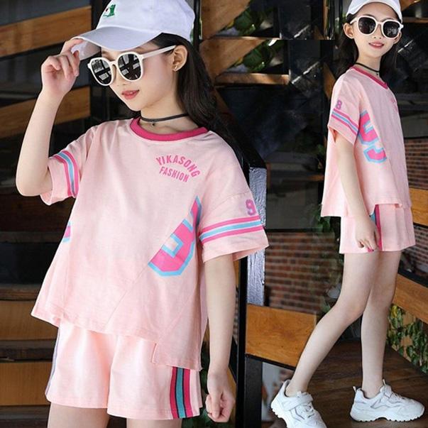 Không ít các bé gái có hứng thú với phong cách thể thao bằng cách chọn mặc những bộ đồ bộ vừa cute vừa chất ngất cá tính
