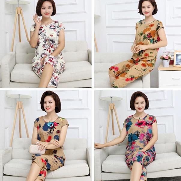 Những bộ quần áo mặc nhà chất thun mát mẻ kết hợp với màu sắc tươi sáng, hoa văn hoa lá sống động, cùng thiết kế đơn giản giúp người phụ nữ tuổi trung niên trở nên tươi tắn và xinh đẹp hơn