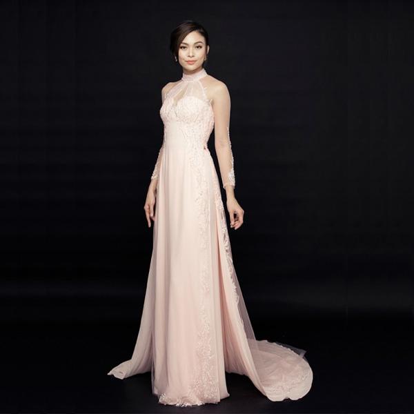 Áo dài cưới được thiết kế cách tân, sang trọng, nổi bật, tôn lên nét quyến rũ của cô dâu