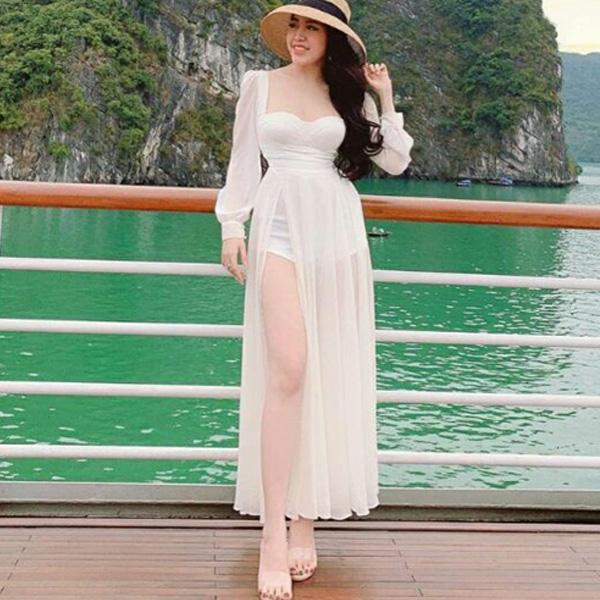Đầm maxi xẻ tà khéo khoe đôi chân dài, thuần khiết, cùng nét duyên dáng, nhẹ nhàng nhưng không kém phần sang trọng