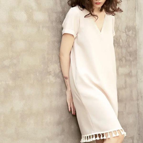Đầm suông cổ tim tua rua màu trắng dễ thương không quên sự linh hoạt, mềm mại, trẻ trung