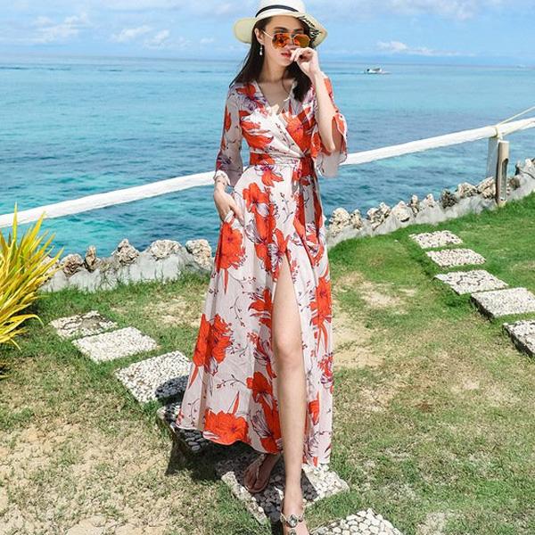 Đầm dài đủ che nắng biển, thiết kế kiểu đắp chéo ngang eo, khoe đôi chân vốn là sức mạnh lôi cuốn của phái đẹp