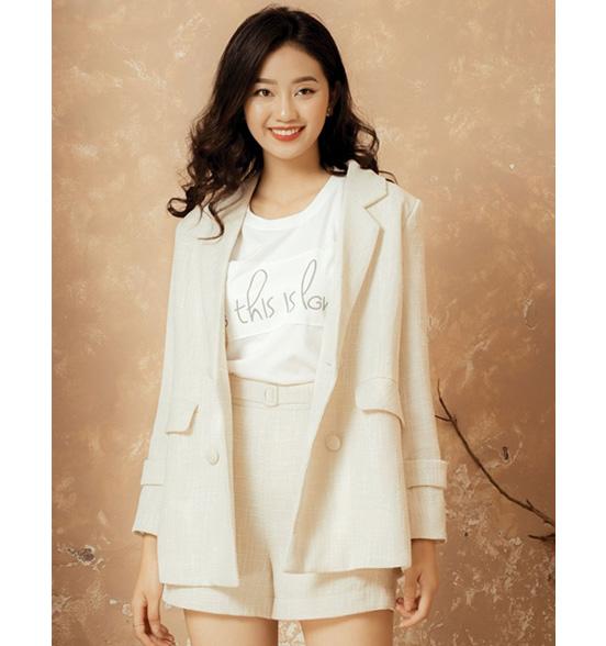 Set quần short kết hợp áo thun và vest cũng khá chất, một lựa chọn được khá nhiều chị em quan tâm
