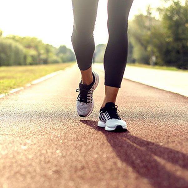 Sử dụng giày đi bộ nữ chính hãng có lợi ích gì?